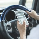 スマホ「ながら運転」の罰則が大幅に強化されました